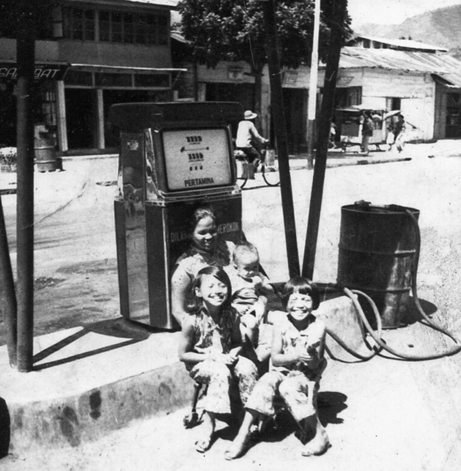 foto jadul pom bensin Barat di Balige Tobasa