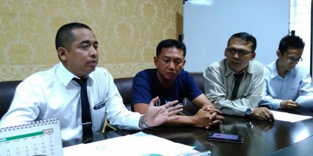 """Taufik: Saya Salah, tetapi Pak Ridwan Kamil Enggak Boleh """"Gitulah""""... - Taufik Hidayat (kedua kiri) didampingi tim kuasa hukum dari LBH Panglima saat menggelar jumpa pers di Jalan Talaga Bodas, Bandung, Senin (21/3/2016)"""