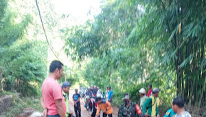 Bantu Kesulitan Warga Babinsa Koramil 1628-01/Taliwang Bersama Masyarakat Gelar Gotong Royong
