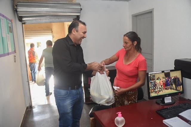Vice-Prefeito Sergio Pinheiro está trabalhando nas ruas de Colombo distribuindo kit-alimentos para população que precisa
