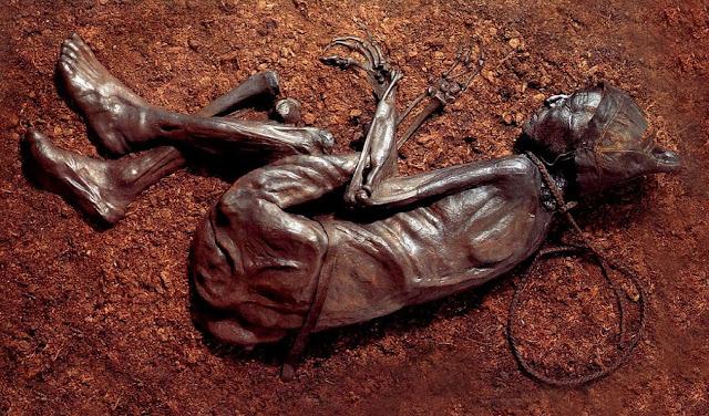 mayat Tollund Man yang masih awet dan tidak hancur walaupun telah berusia ratusaan tahun