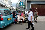 Pemerintah Kelurahan Tanser dan Babinsa Lakukan Penyemprotan Desinfectan Serta Pembagian Masker