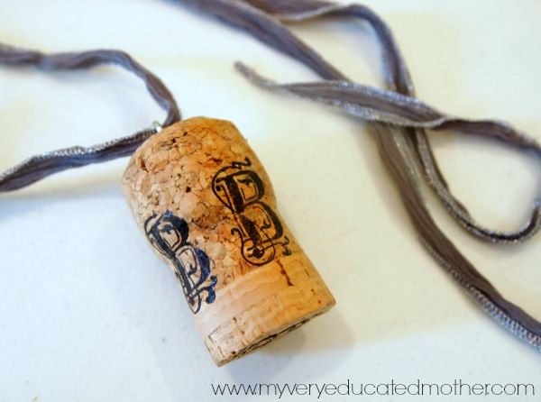 How to make a Luna Lovegood Butterbeer Cork Necklace. Harry Potter Crafts via @mvemother