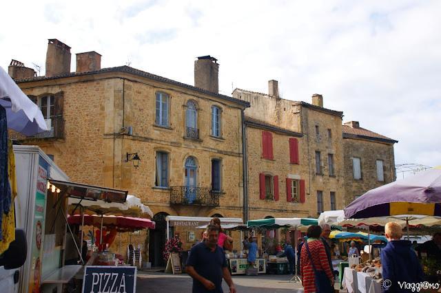 La Piazza di Belves in giorno di mercato