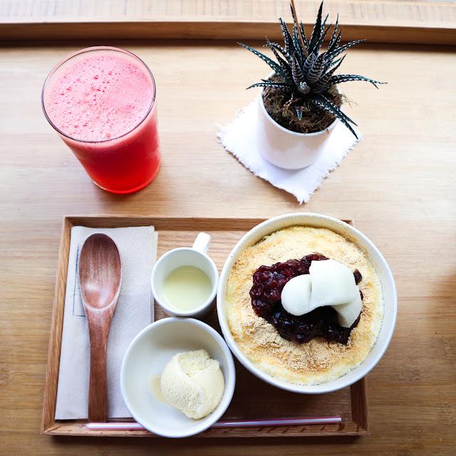 Bingsu aux haricots azuki, servis sur un plateau en bois, avec une boisson à la pastéque.