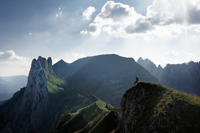 mendaki gunung dengan berkelompok
