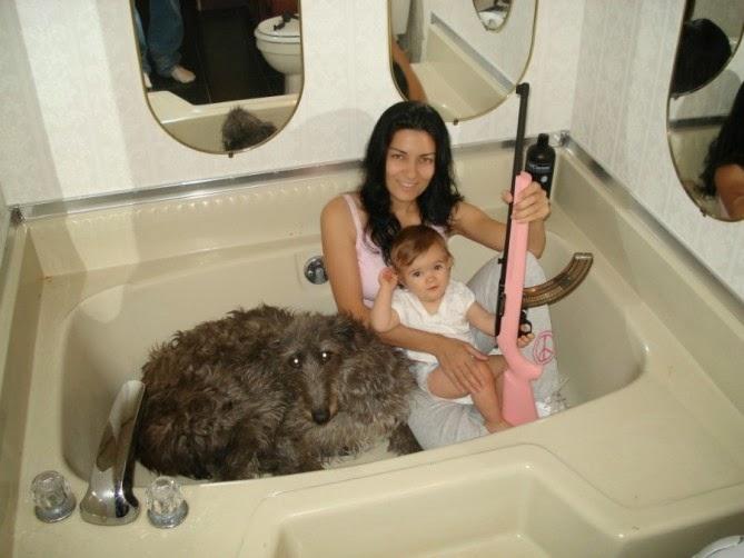 una señora con una AK 47 rosa y bebe metidos en una bañera