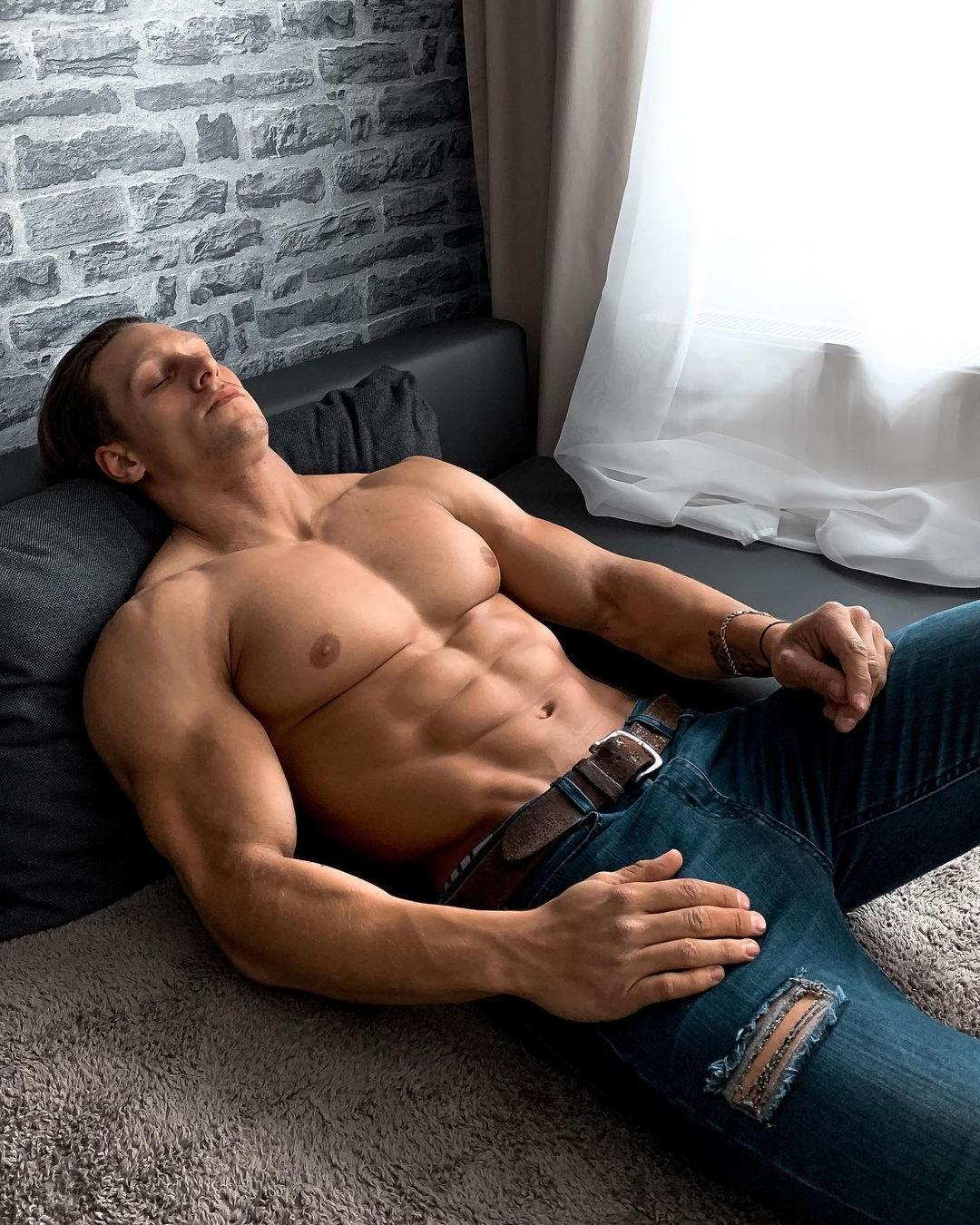 hot-guys-big-pecs-steve-kris-perfect-upper-body-shirtless-muscle-hunk-sleeping