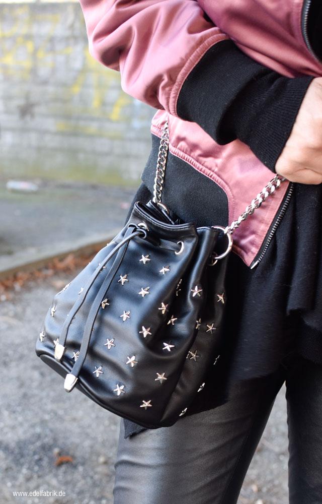 Nietenhandtasche in schwarz