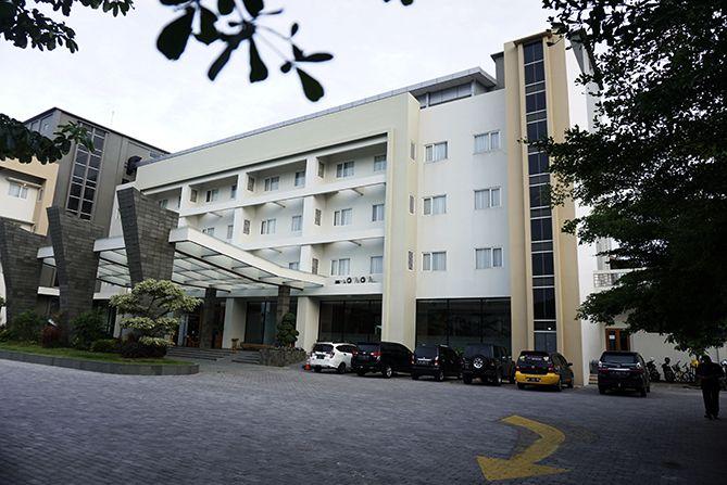 Pollos Hotel and Gallery berlokasi di pusat kota Rembang