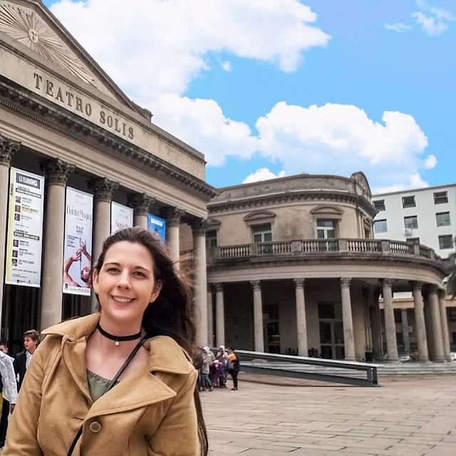 Mulher em frente a arquitetura de um teatro