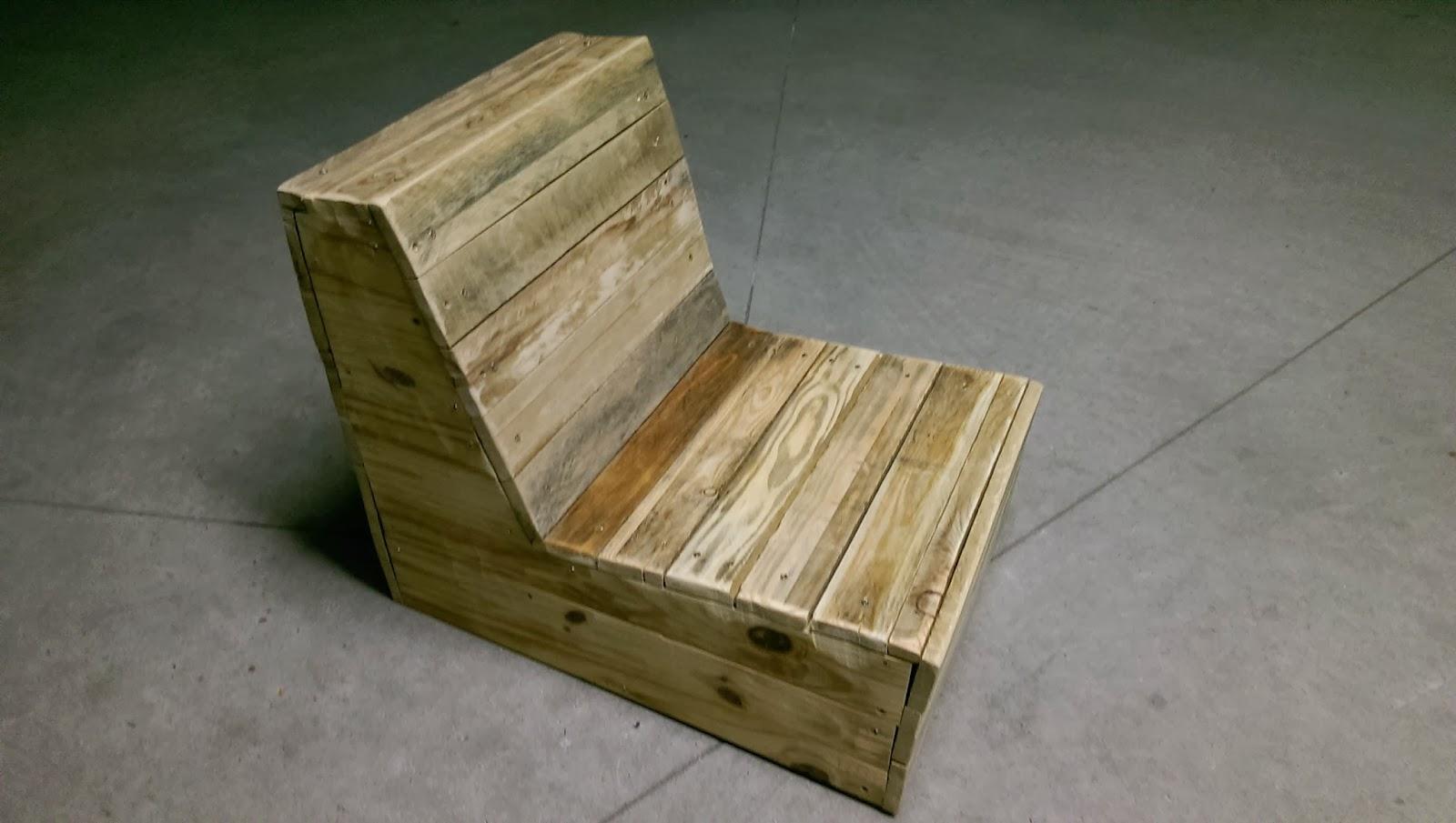 La menuiserie 503 un petit salon de lecture en palette for Combien coute une palette en bois