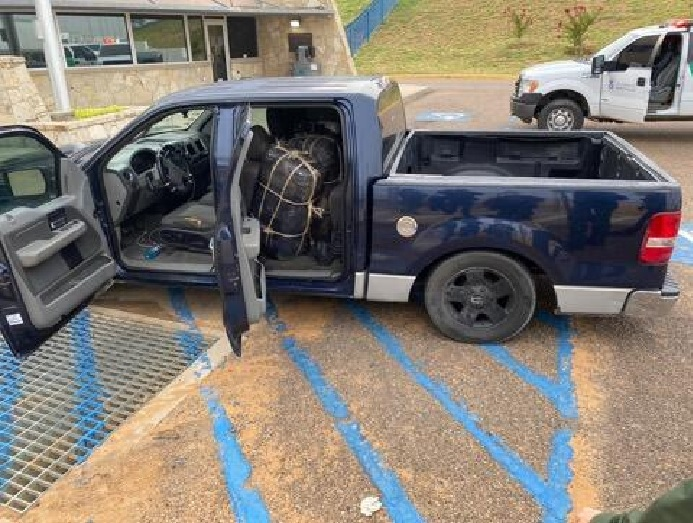 Laredo Texas; Sicario del CDN en persecución abandona camioneta con droga y se lanza al río para escapar hacia Nuevo Laredo