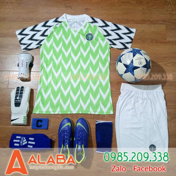 Quần áo bóng đá màu xanh chuối