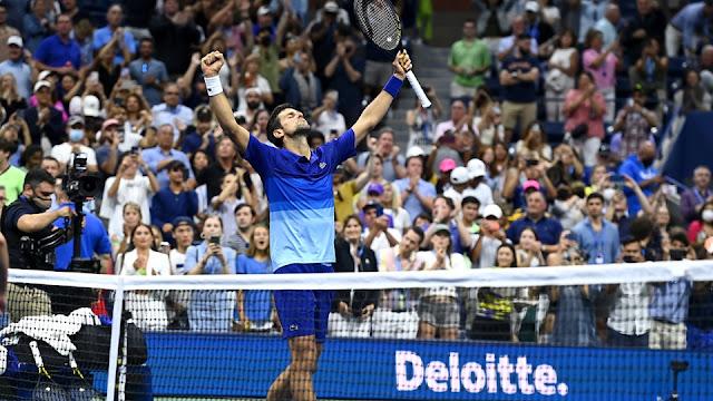 Djokovic ergue os braços e comemora mais uma vitória no US Open