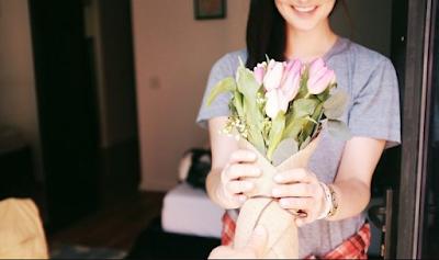 Moment Terbaik Memberikan Hadiah Bunga Pada Pasangan