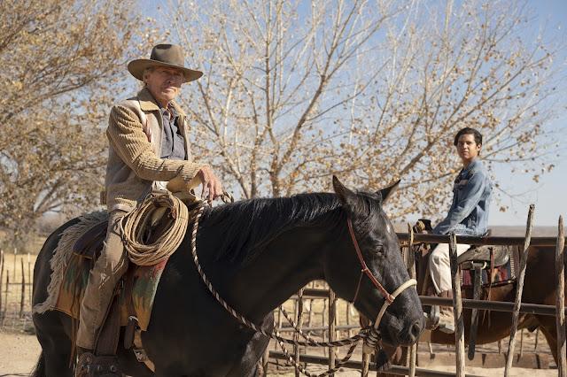 La relación entre personajes se vuelve más sólida por su gusto por los caballos. En la escena, Mike Milo (Clint Eastwood) y Rafo (Eduardo Minett).