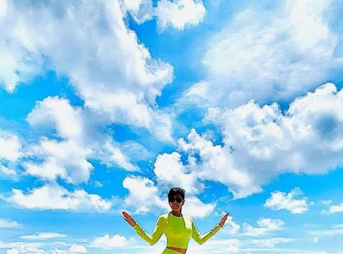 Actors Gossips: Mandira Bedi is nothing but a gorgeous painting by the ocean in the Maldives