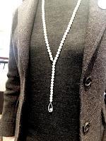 Y字スタイルに金具を留め替えて着けたパールロングネックレス