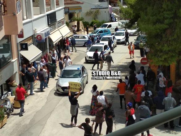 Αργολίδα: Έσπασαν την καραντίνα οι μετανάστες στο Πόρτο Χέλι - Διαμαρτυρία έξω από το αστυνομικό τμήμα