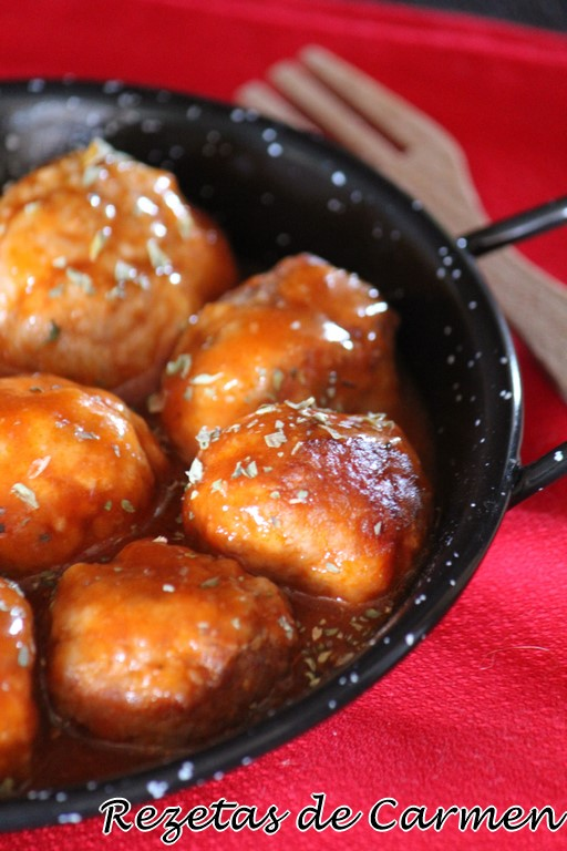 Albóndigas de pollo con salsa de zanahoria y tomate