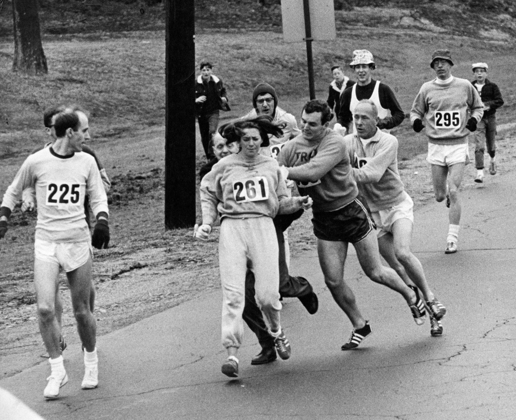 Jock Semple próbuje powstrzymać Kathrine Switzer podczas maratonu w bostonie w 1967 roku. Krótkie historie i ciekawostki o maratonie kobiet.