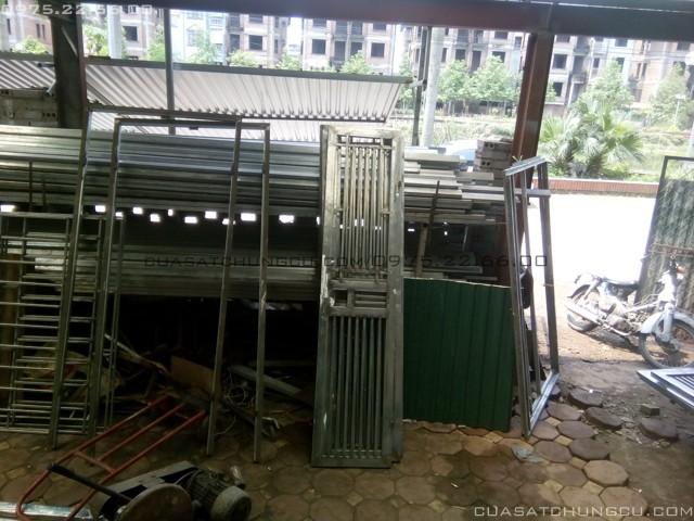 Cửa sắt chung cưu được xếp vào khu vực chờ sơn