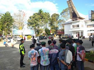 Personil Gabungan Polres Toraja Utara Menertibkan Konvoi Anak Sekolah