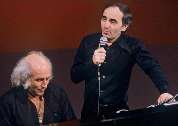 Charles chante, l'artiste engagé Léo Ferré est au piano