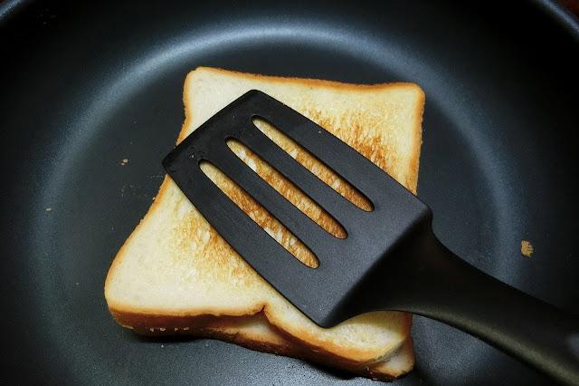 フライ返しで軽く押さえながらこんがりきつね色に焼けたらひっくり返し、再び押さえながら焼きます。 焼けたら食べやすい大きさに切って皿に盛りつけます。
