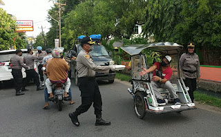 Polsek Wajo Mendistribusikan 800 Paket Buka Puasa Kapolda Sulsel Kepada Warga
