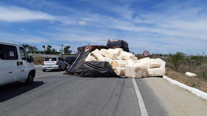 Caminhão carregado com algodão tomba na BR-230