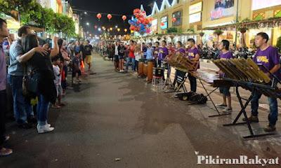 Menikmati Alunan Angklung Musisi Jalanan Malioboro