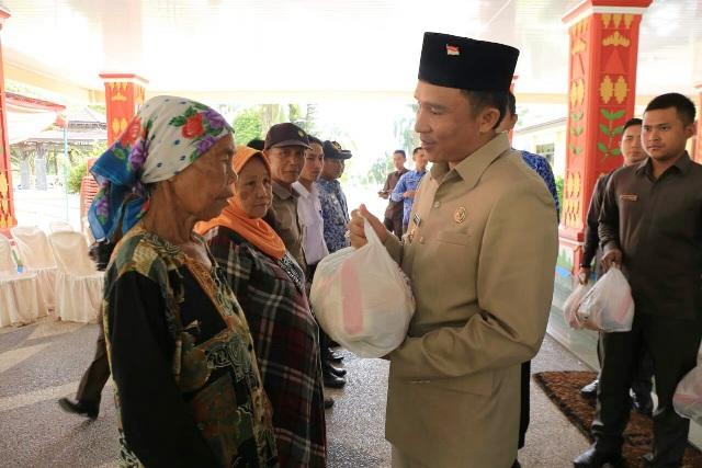 Parosil Bagikan 14.000 Paket Sembako Secara Simbolis