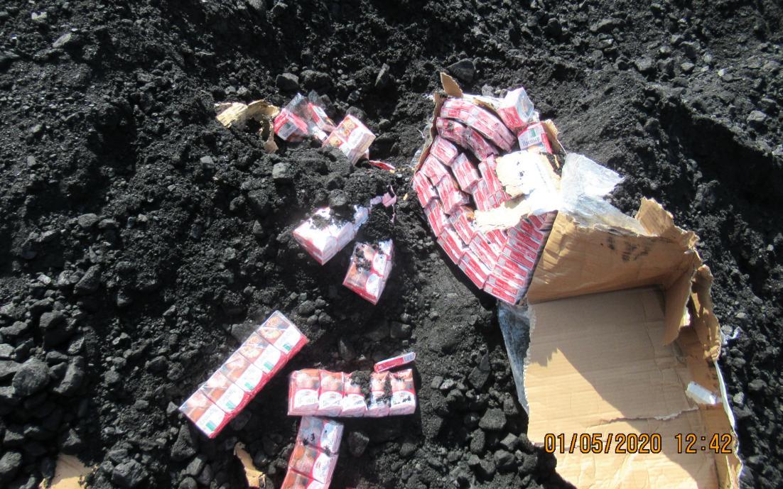 Cigarešu bloki guļ uz oglēm