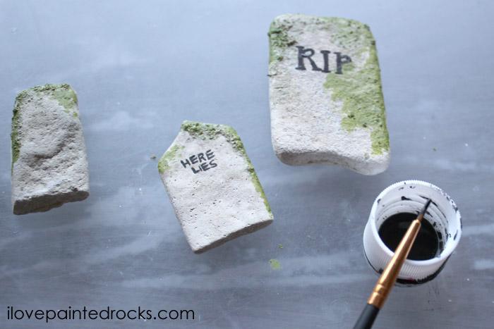 Creepy painted rocks for Halloween - how to paint rocks to look like gravestones. #halloweencraft #paintedrocks
