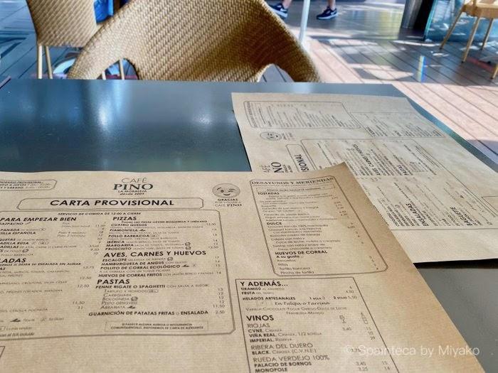 規制緩和で営業再開したマドリードのカフェのペーパーランチョンマットの注文メニュー
