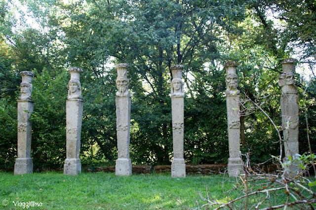 Alcune delle colonne disseminate nel sacro Bosco di Bomarzo