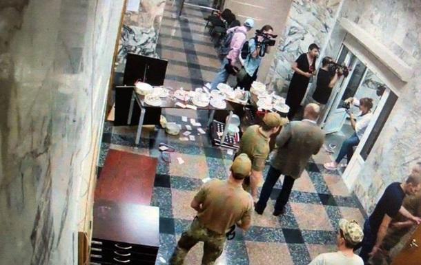 Активісти з тортами Roshen увірвалися в НАБУ