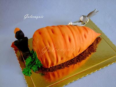 Tarta tallada en forma de zanahoria