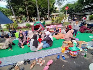 Korban Gusuran JORR II Buka Tenda di Depan Puspemkot Tangerang