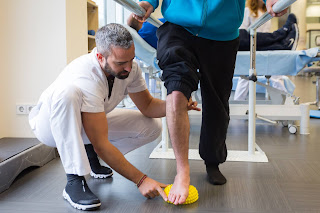 Fotografía de un fisioterapeuta trabajando con un usuario