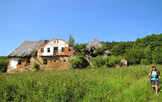 Opuszczony dom napotkany zaraz po wyjściu z lasu przed wsią Ponikwa.