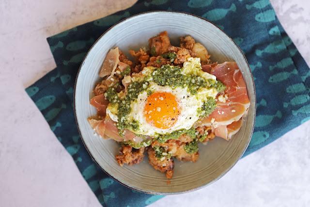 Συνταγή για Καλαμαράκια Τηγανητά με Πέστο Βασιλικού, Προσούτο και Αυγό Τηγανητό