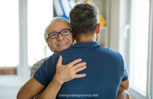 Hijo abraza a su padre como muestra de respeto y cariño