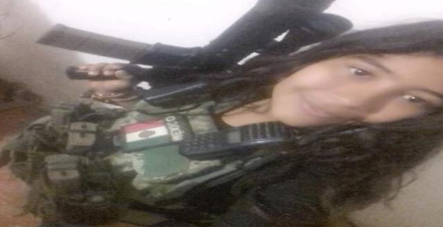 """""""La Chimo"""" sicaria activa de La Nueva Familia Michoacana vestida con ropa Militar y rifle en mano"""