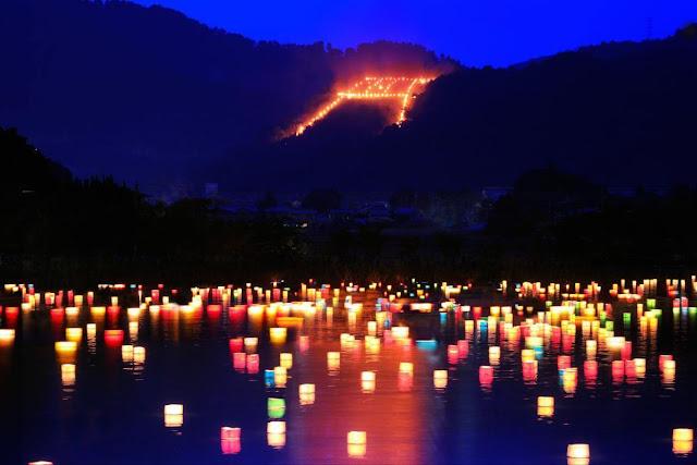 Kết thúc lễ hội Obon, người Nhật Bản sẽ thả vô số những đèn hoa đăng trên mặt nước, còn gọi là nghi thức Togo Nagashi. Đây được thay cho lời chào tạm biệt để các linh hồn tổ tiên có thể trở về thế giới riêng của họ sau chuyến viếng thăm con cháu.