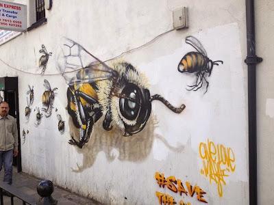 Mural de abejas en la calle en Londres
