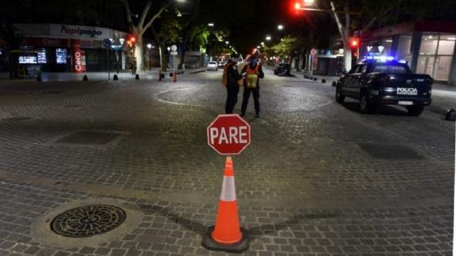 """La Nación analiza un """"toque de queda"""" nocturno y limitar las reuniones sociales"""