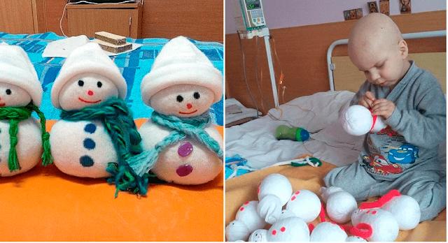 Чтобы заработать на лечение, 4-летний мальчик шил в больнице игрушки-снеговики